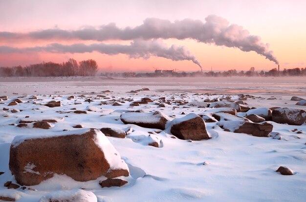 Plaża obi z dużymi kamieniami na różowym zachodzie słońca
