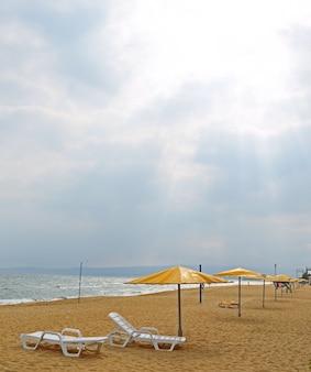 Plaża piaszczysta z parasolami, leżakami. bez ludzi