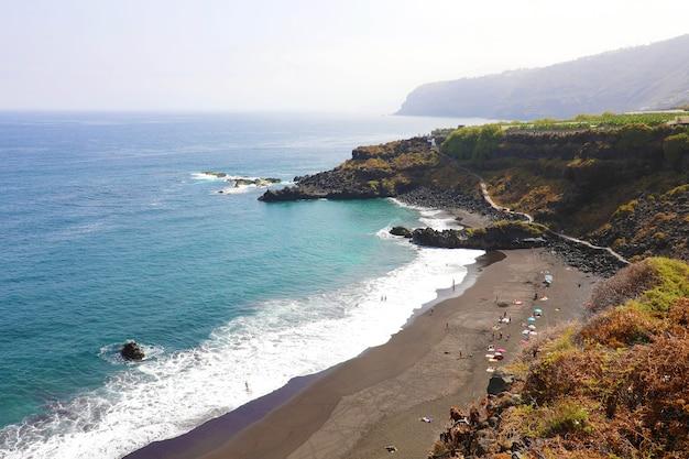 Plaża playa de el bollullo z czarnym wulkanicznym piaskiem