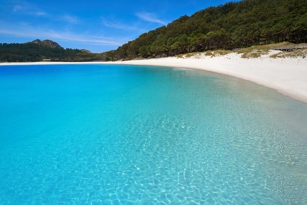 Plaża praia de rodas w islas cies na wyspie vigo