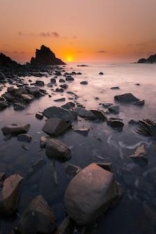 Plaża sa mesquida na wyspie menorca.