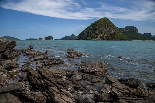 Plaża skalista i piaszczysta, krajobraz wyspy koram, park narodowy sam roi yod, prowincja prachuap khiri khan, tajlandia