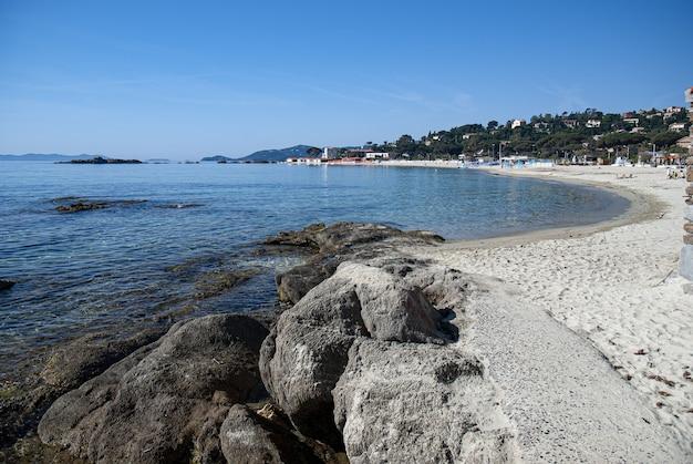 Plaża st. clair otoczona zielenią ze wzgórzami