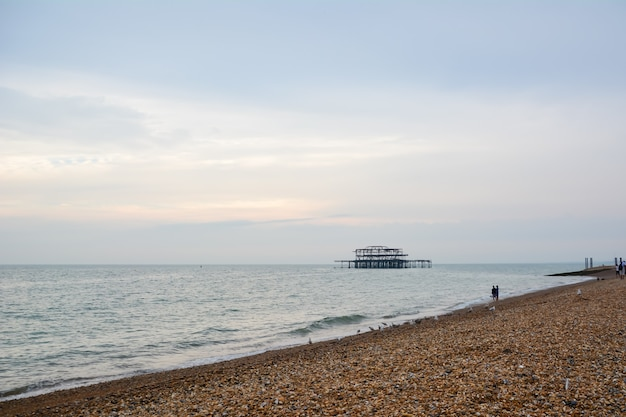 Plaża w brighton, brighton and hove, east sussex, anglia, wielka brytania 19 lipca 2014 r., nadmorskie atrakcje w brighton i plażowe.