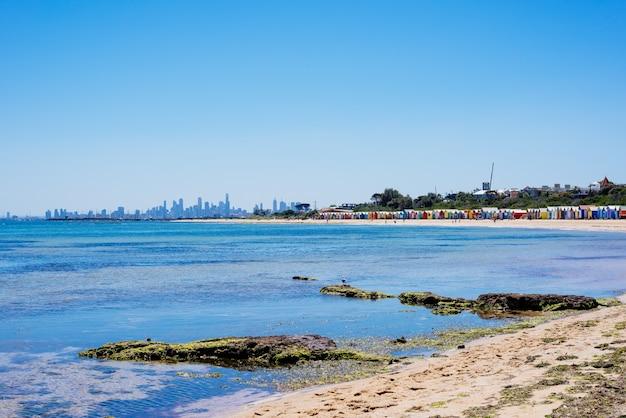 Plaża w brighton i kolorowe kąpieliska, melbourne, australia. lutym 2017 r.