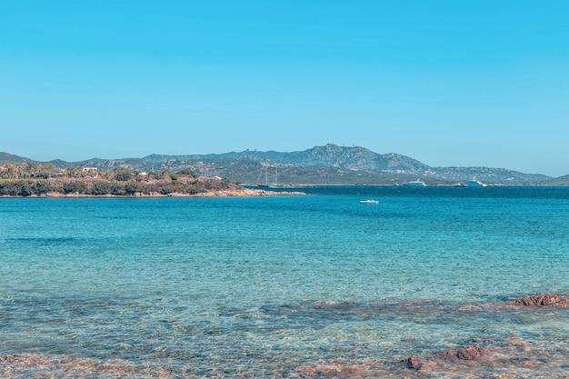 Plaża w costa smeralda, sardynia, włochy