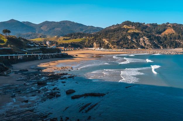 Plaża w nadmorskiej miejscowości deba, guipúzcoa. kraj basków