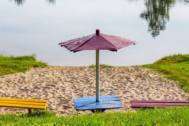 Plaża w pobliżu rzeki. obszar do odpoczynku na brzegu jeziora