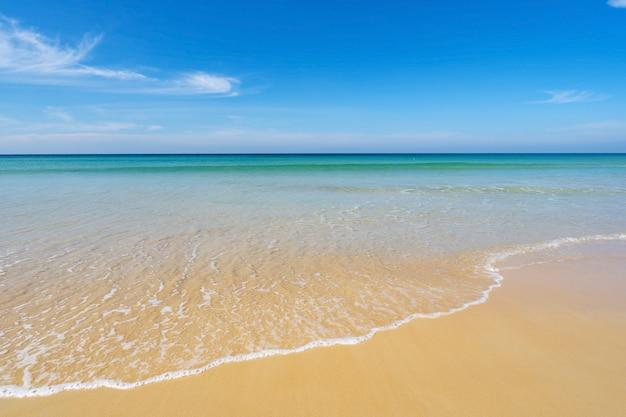 Plaża w sezonie letnim na plaży karon phuket. pusta plaża bezludna.