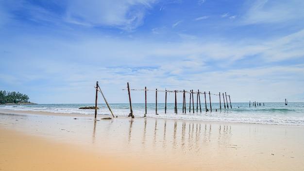 Plaża w thailand z słonecznym dniem i niebieskim niebem