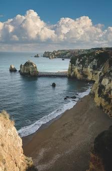 Plaża wśród kamiennych klifów nad brzegiem oceanu atlantyckiego w mieście lagos w portugalii