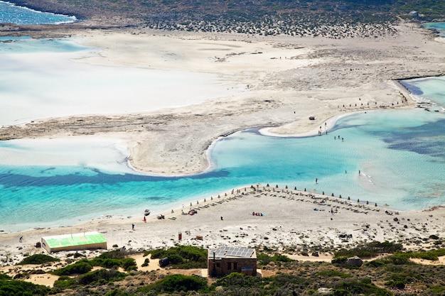 Plaża z czystym białym piaskiem w balos