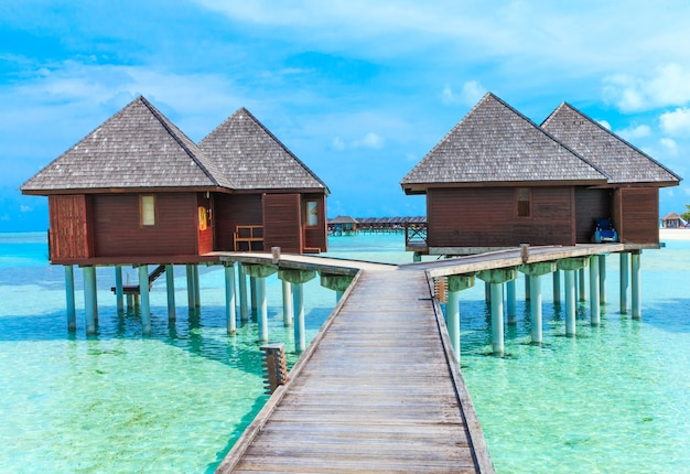 Plaża z domkami wodnymi na malediwach