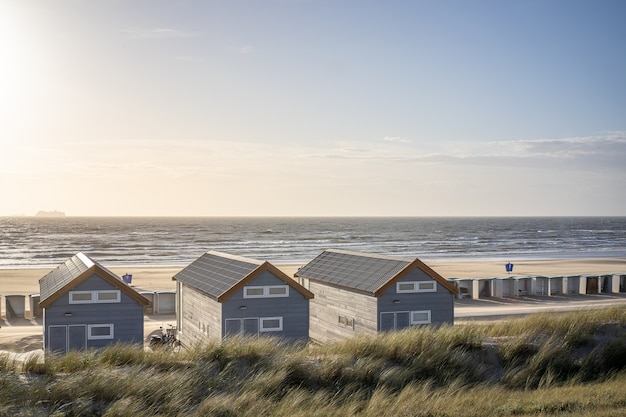 Plaża z przebieralniami i domkami wypoczynkowymi