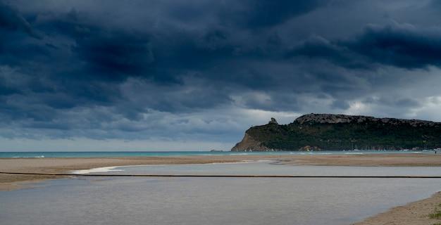 Plaża z widokiem na siodło diabła.