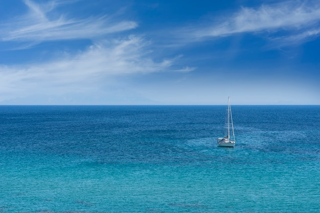 Plaża z żaglówką na morzu, cesme - turcja