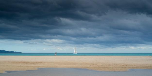 Plaża z żaglówką. pojęcie wolności