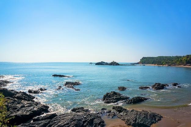 Plaża ze skałami i błękitnym morzem w tropikalnym kraju