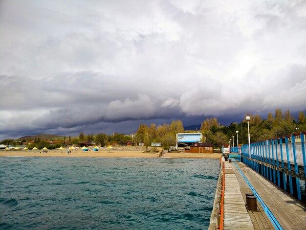 Plaża. zła pogoda. wysokie góry na plażowym tle.