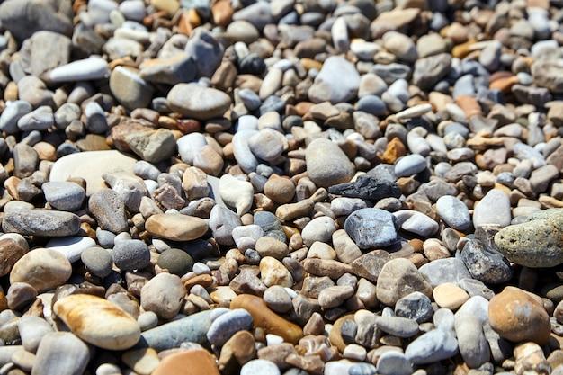Plaża żwirowa. wielobarwne kamienie na brzegu oceanu