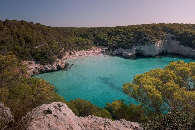 Plaże cala mitjana i cala mitjaneta na południowym wybrzeżu wyspy menorca, hiszpania.