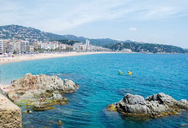 Plaże costa brava w lloret de mar, hiszpania. piękne widoki na plaże. hiszpańska plaża morza śródziemnego.