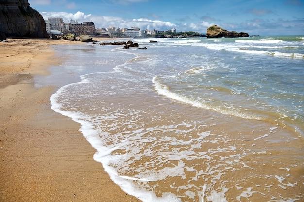 Plaże miasta biarritz, zatoki biskajskiej, wybrzeże atlantyku, kraj basków, francja