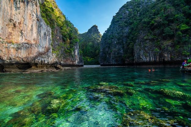 Plaże na wyspach ko phi phi i półwyspie rai ley otoczone są przepięknymi wapiennymi klifami. są regularnie wymieniane między najlepszymi plażami w tajlandii.
