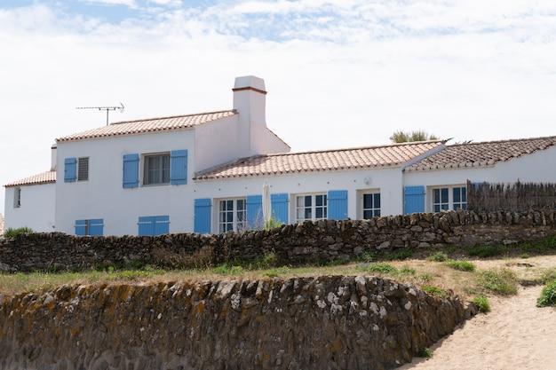 Plażowa białego domu błękitna żaluzja na wyspie noirmoutier w kraju loary w zachodniej francji