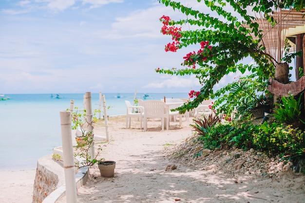 Plażowa kawiarnia na tropikalnym egzotycznym kurorcie
