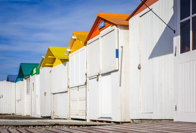 Plażowe chaty w le-treport, normandia, francja