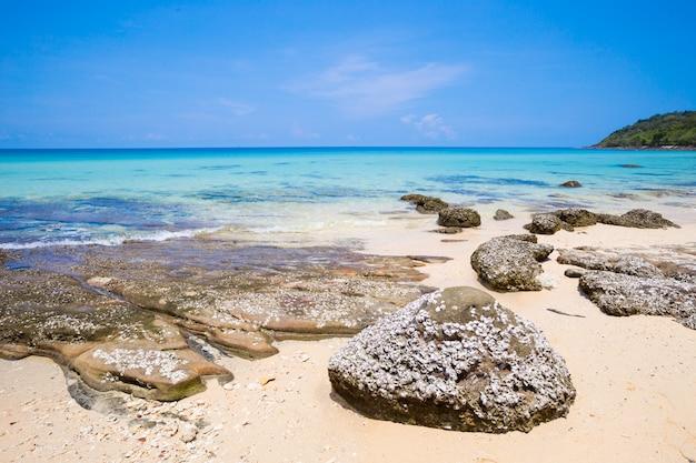 Plażowy i tropikalny morze przy koh kood wyspą, trata prowincja, tajlandia