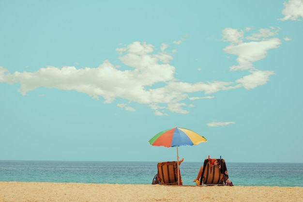 Plażowy krzesło na tropikalnej plaży z spokojnym niebem