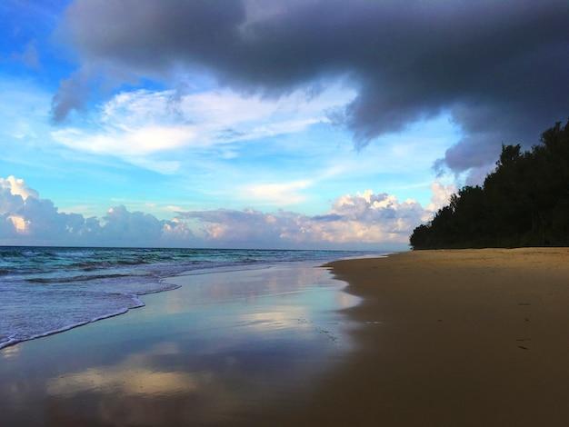 Plażowy linii brzegowej chmury nadmorski pojęcie