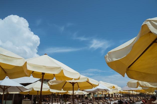 Plażowy parasol pod niebieskim niebem