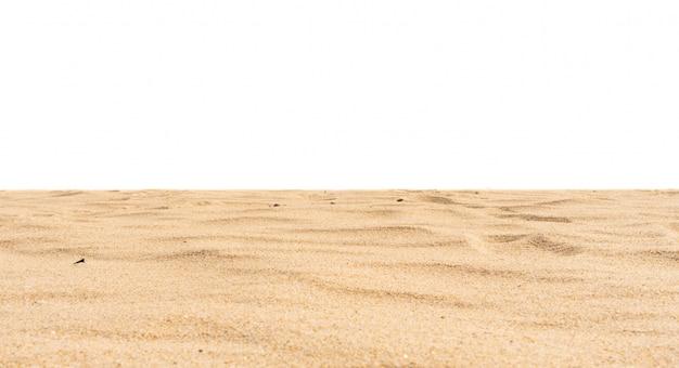 Plażowy piasek tekstura ciąca na białym tle.