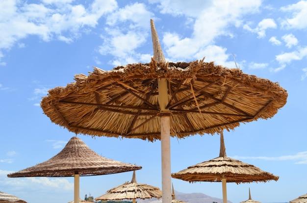 Plażowy piaska parasol na niebieskim niebie na plaży