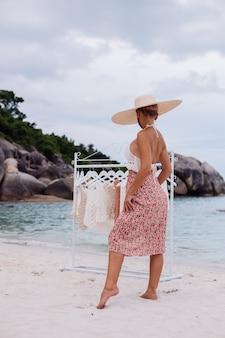 Plażowy sklep z dzianinami wybór kobiety co kupić na wieszaku podłogowym koncepcja odzieży z dzianiny na lato