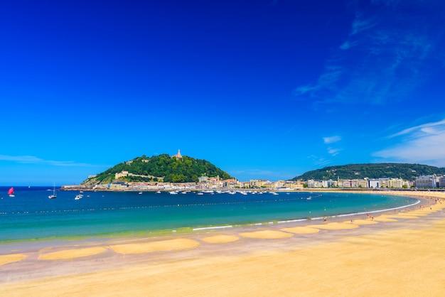 Plaży la concha w san sebastian donostia, hiszpania. najlepsza europejska plaża w słońcu