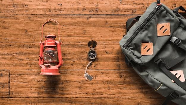 Plecak i latarnia w pobliżu kompasu