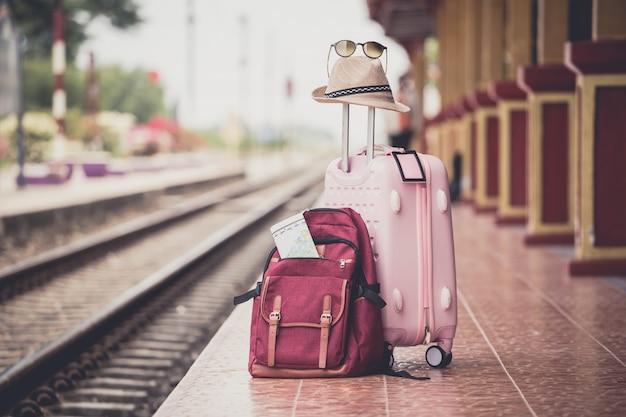 Plecak na stacji kolejowej. koncepcja pracy i podróży.