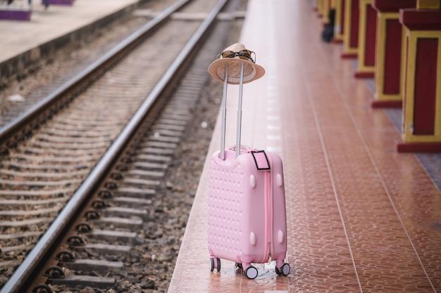 Plecak na stacji kolejowej