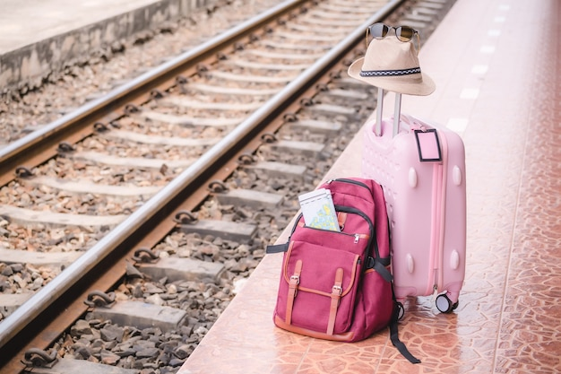Plecak na stacji kolejowej.