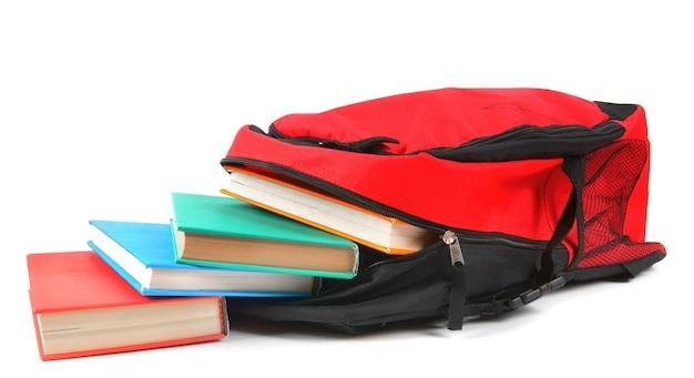 Plecak szkolny i książki. na białym tle.