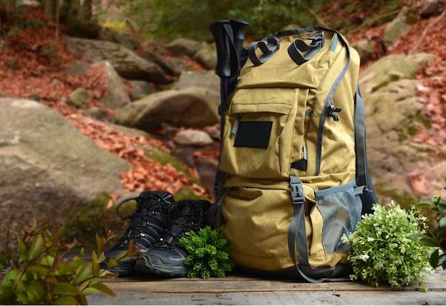 Plecak turystyczny z butami górskimi