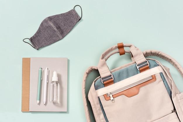 Plecak z przyborami szkolnymi, maską na twarz i środkiem do dezynfekcji rąk