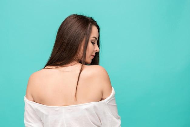 Plecy młoda kobieta pozuje na błękicie