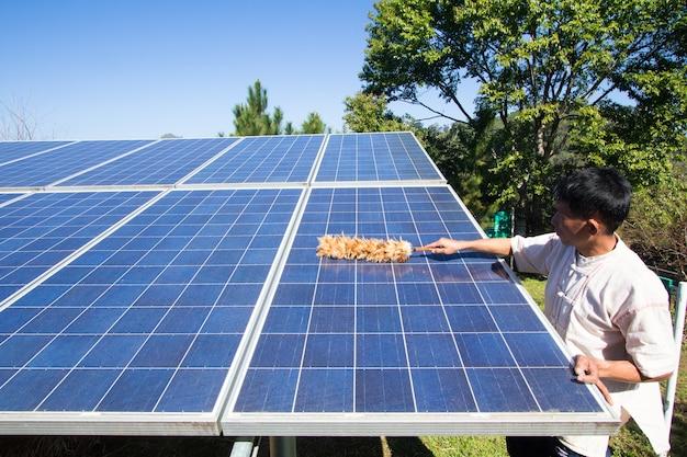 Plemię hill czyszczące panel słoneczny