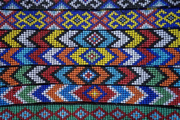Plemienne bransoletki z kolorowych koralików na sprzedaż dla turystów na targu ulicznym w kota kinabalu