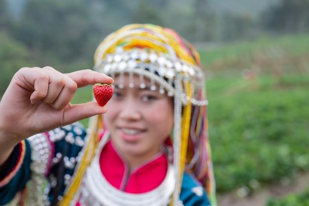 Plemienne dziewczyny zbierają truskawki